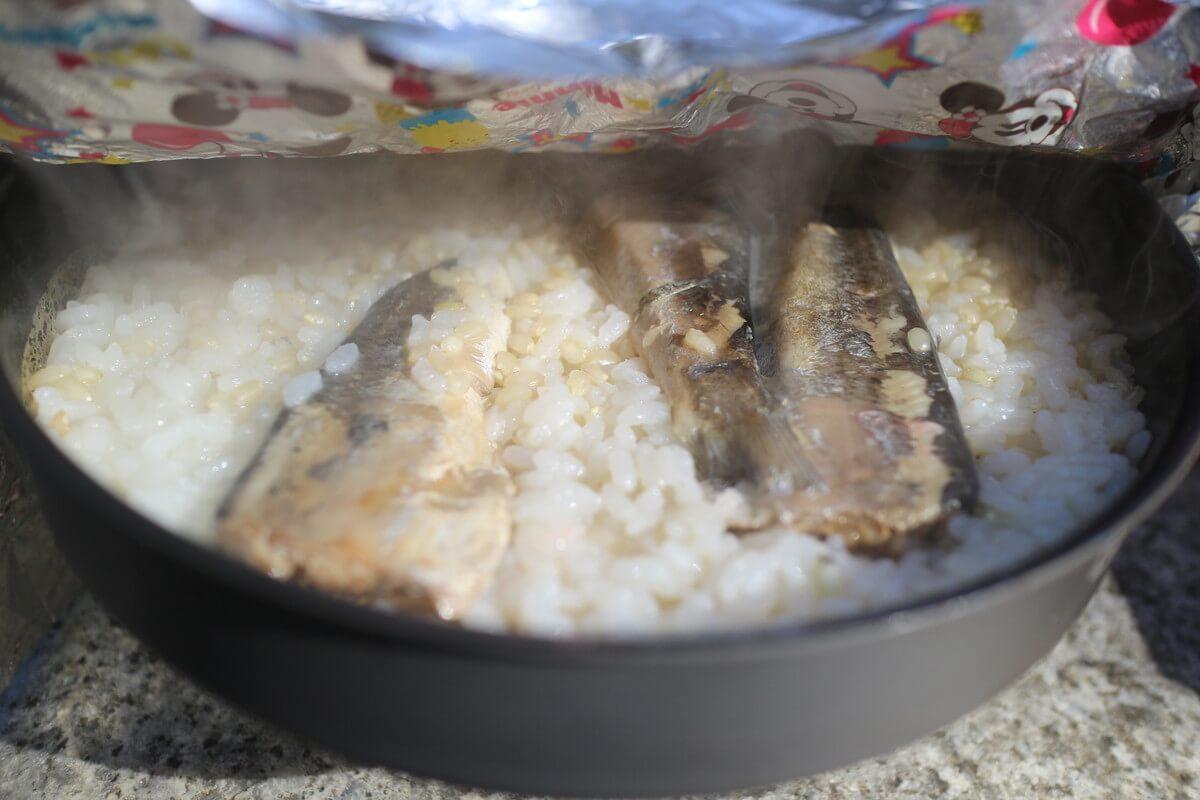 フライパンで作る山ごはん『缶詰で作る炊き込みご飯』