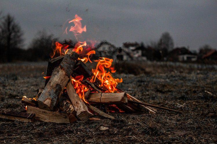 シーンに合った焚き火をしよう!薪の組み方・くべ方をご紹介