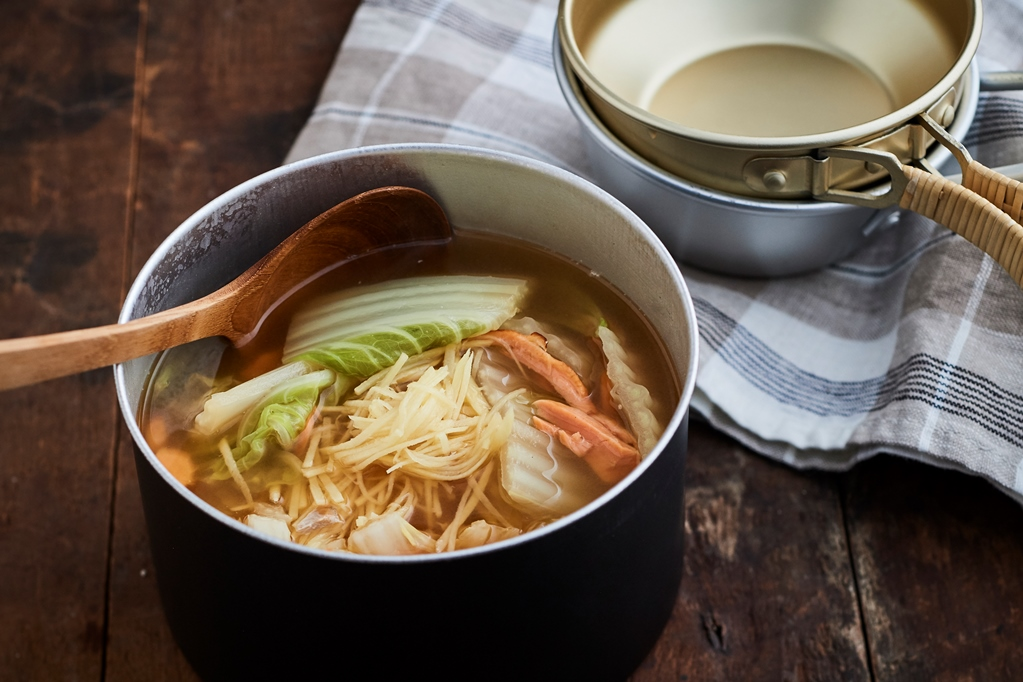 かんたん山ごはん #38  焼き鮭で作る「白菜としょうがのさっぱり鮭鍋」