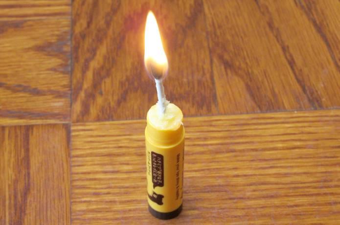 リップクリームが火起こしに役立つ?と聞いて、光の速さで試してみた!