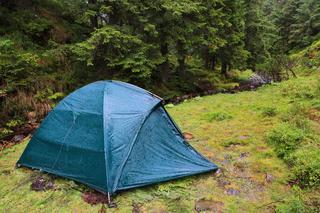 雨の日でもファミリーキャンプは楽しめる! 快適に過ごすコツや遊びかたを紹介