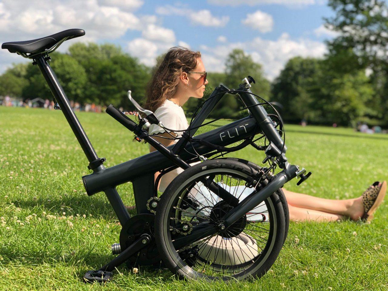 折り畳みはわずか10秒!クールなデザインの乗り心地最高な折り畳み式電動自転車『FLIT-16』