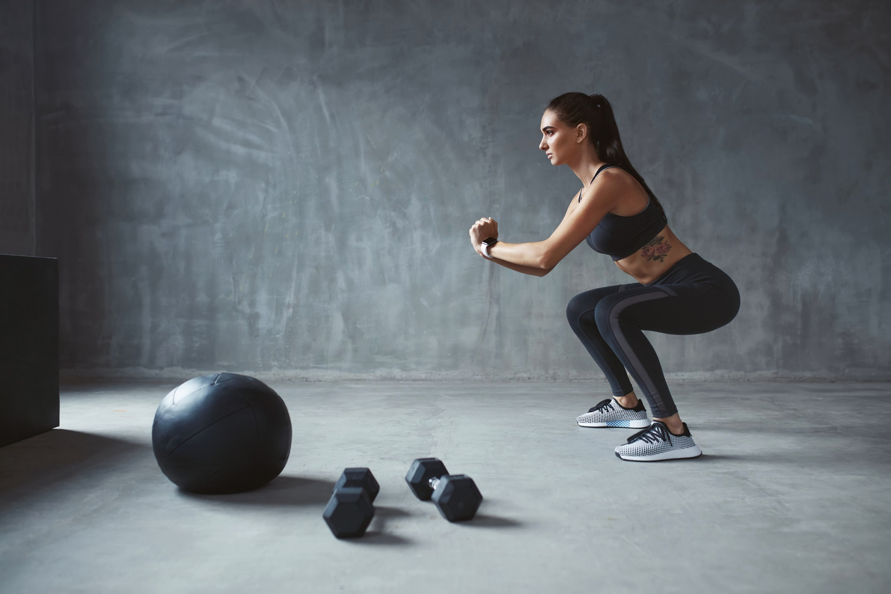 自重スクワットをすると膝が痛くなる。原因や解決方法は?メガロストレーナーが解答