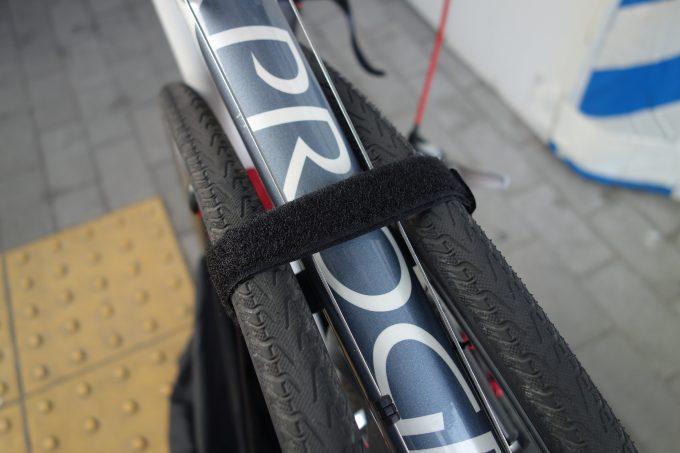輪行袋でロードバイクのタイヤがずれる!ストラップより早く強く固定するマジックテープ