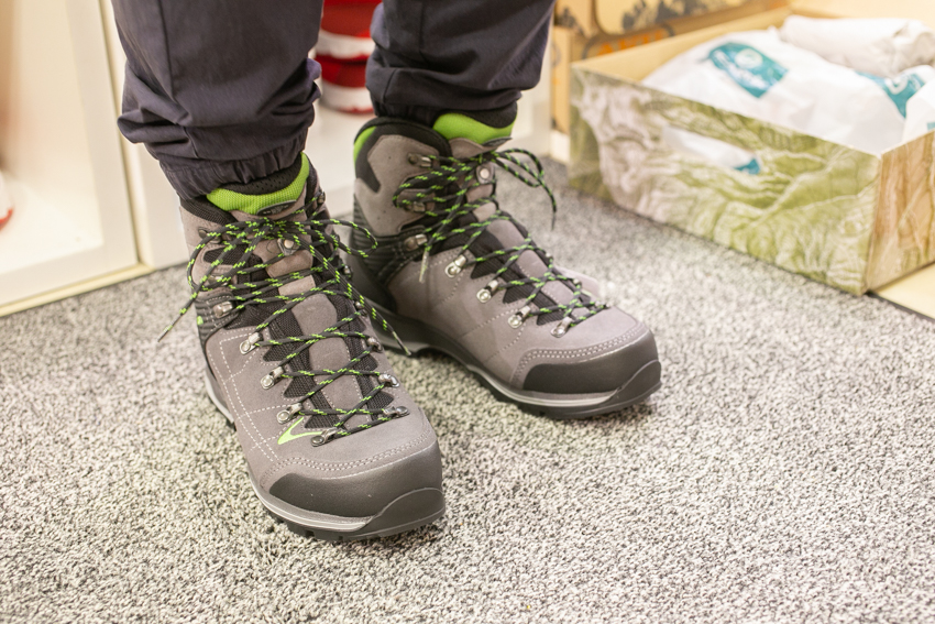 山専門店で教わるトレッキングシューズの履き方、シューレースの結び方!