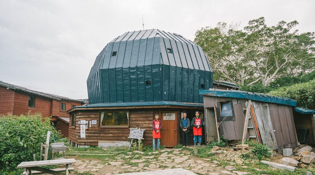 伝説のスキーヤーが愛した山小屋、名建築の宿『黒沢池ヒュッテ』