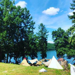 【おすすめキャンプ場19】親子でSUP体験も!「ライジング・フィールド白馬」の透明度抜群の湖でキャンプ&アクティビティ