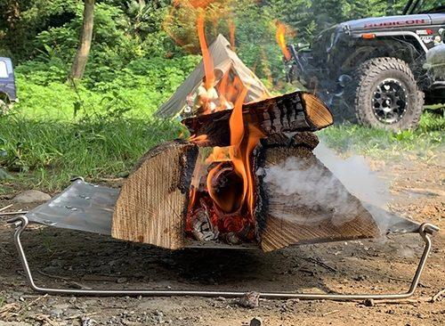 直火感覚で豪快に焚き火ができる、斬新デザインの軽量コンパクトな焚き火台。