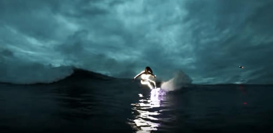 【動画】ロブマチャドが光るボード&ウェットでナイトサーフィン