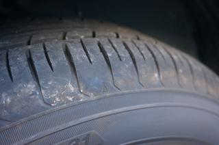 【タイヤメーカー元社員直伝】タイヤ交換時期はいつがベスト?スリップサインとは