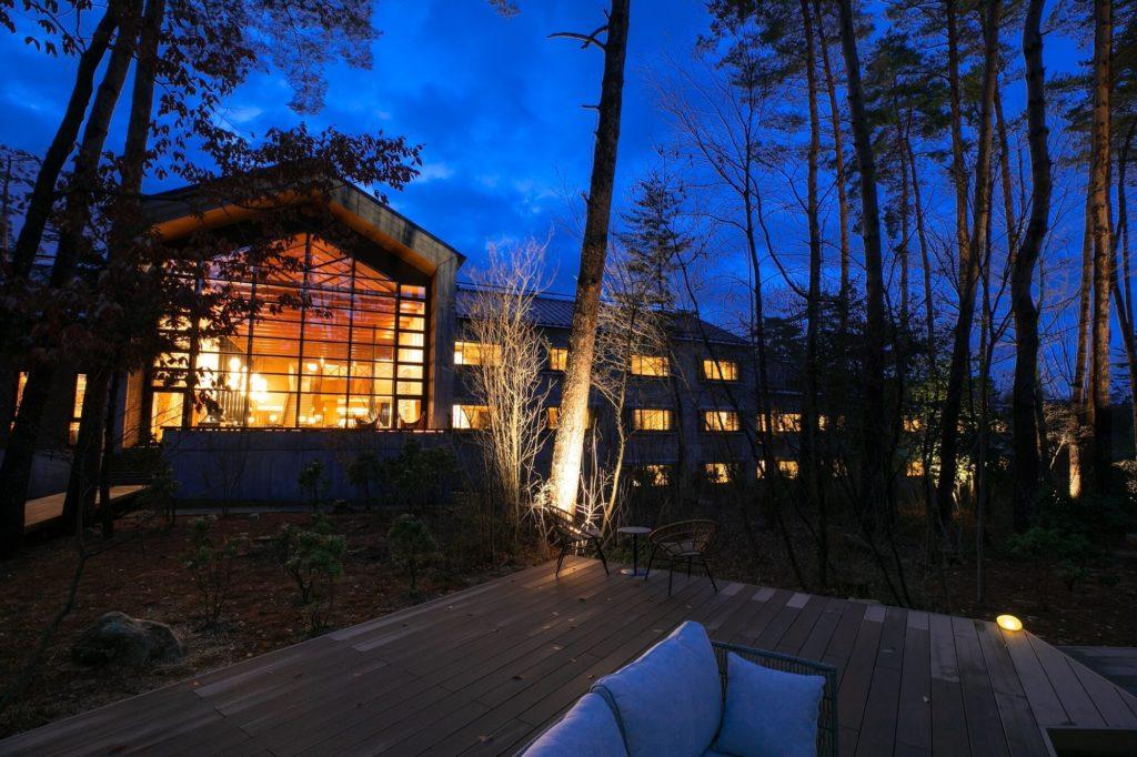 自然に包まれてくつろげる星見暖炉や陽だまりデッキなどを設けられた休暇村リトリート安曇野ホテルがオープン