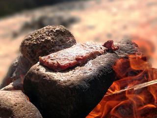 【無骨キャンプの神髄】石焼きステーキで他では味わえないワイルドなステーキを味わおう!