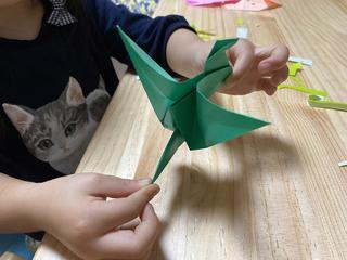 【親子で折り紙】ファミキャンでも遊べる!簡単なものから「動く鶴・蓮の花」の折り方まで