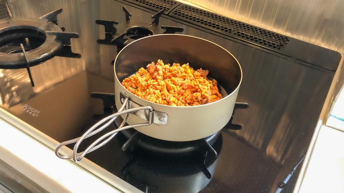 ユニフレームの「山フライパン」は煮物も焼き物もOK! そのまま食べられて洗い物を減らせるよ アウトドアな家暮らし