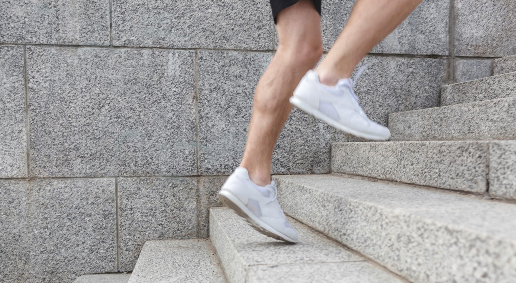 階段を走る効果とは。下半身の筋肉や心肺能力を鍛える「階段走りトレーニング」のポイント