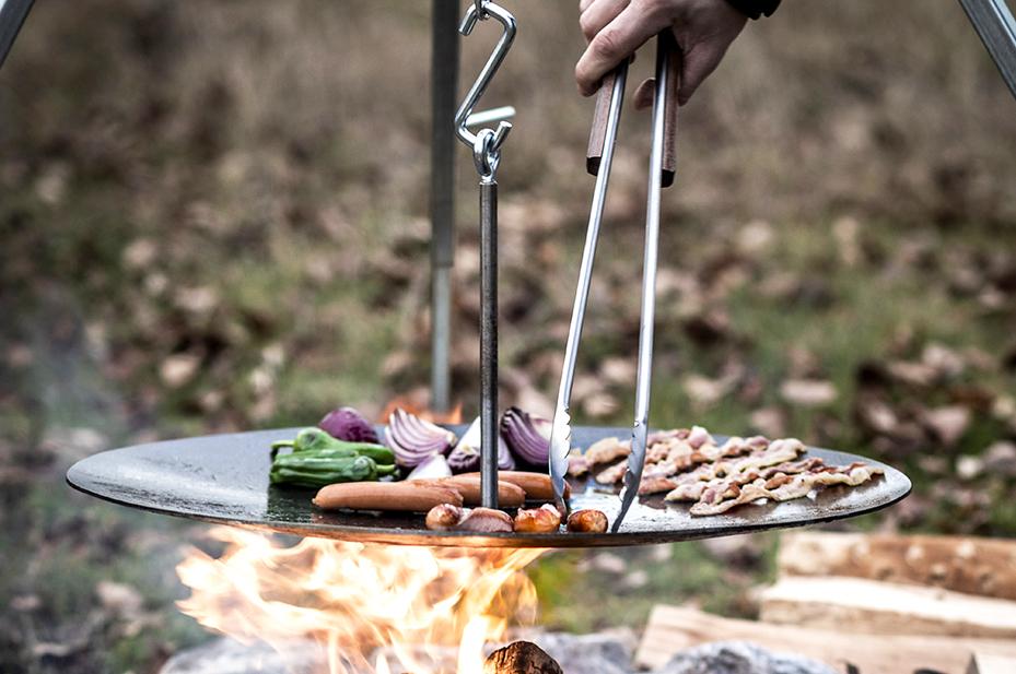 鉄板を吊るす新発想。ペトロマックスから、男気あふれる焚き火ギア誕生。