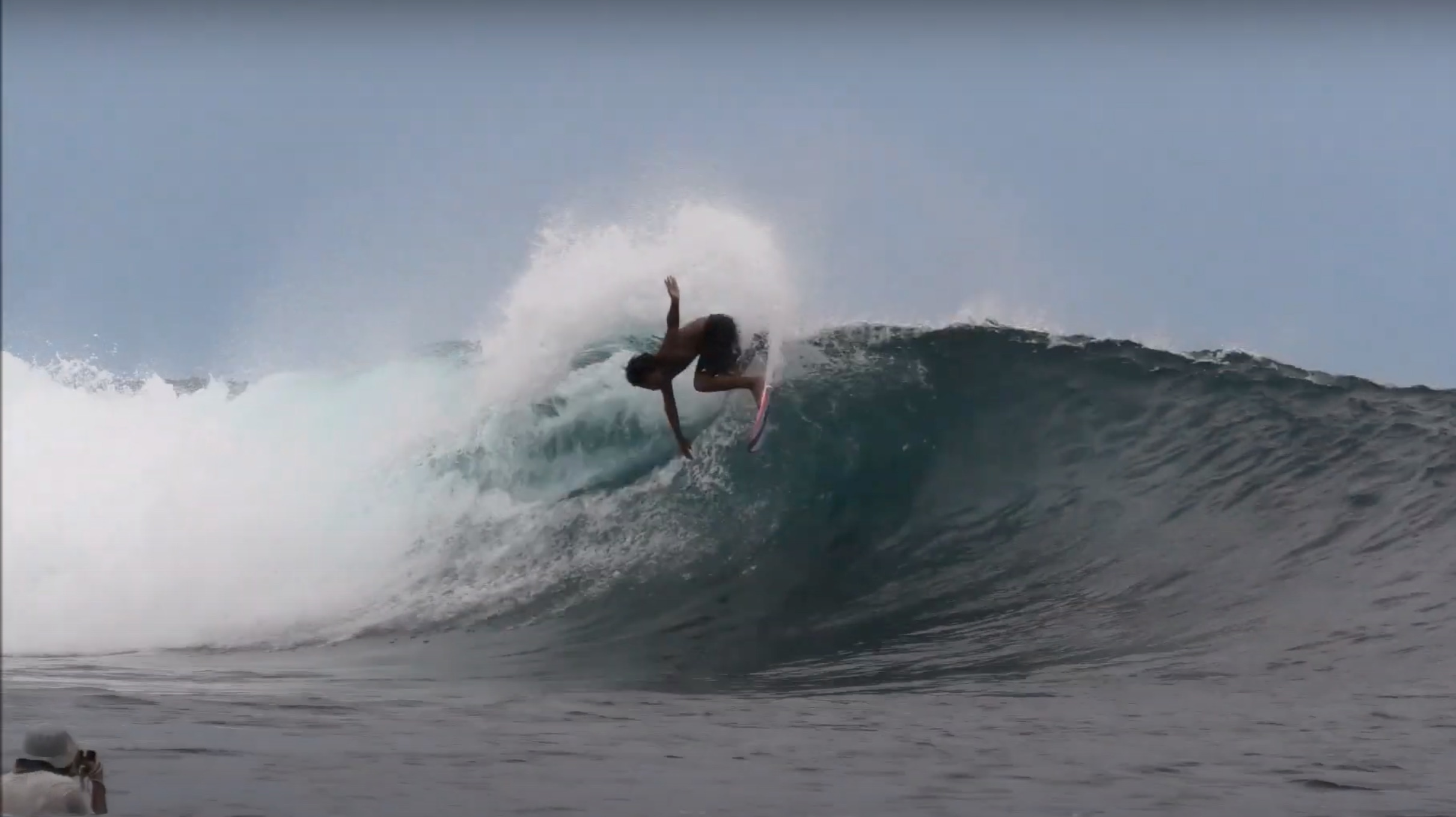 【テストライド】果たして、日本の小波で高性能なEPSボードはインドネシアの頭オーバーではどうなのか!? 飯田航太がシメルーのパーフェクトライトをシュレッド!!