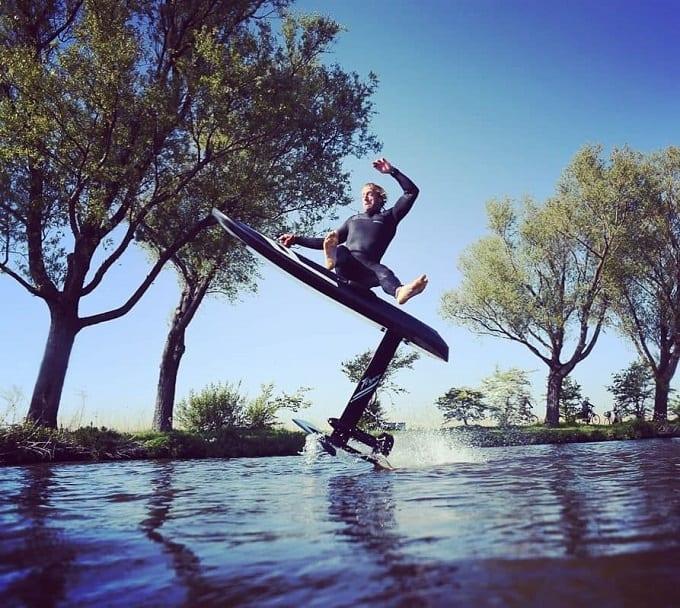 まるで浮いているような水上アクティビティを体験!クラウドファンディングにて1週間で100万ドルを集めることに成功した電動サーフボード『Waydoo Flyer ONE』