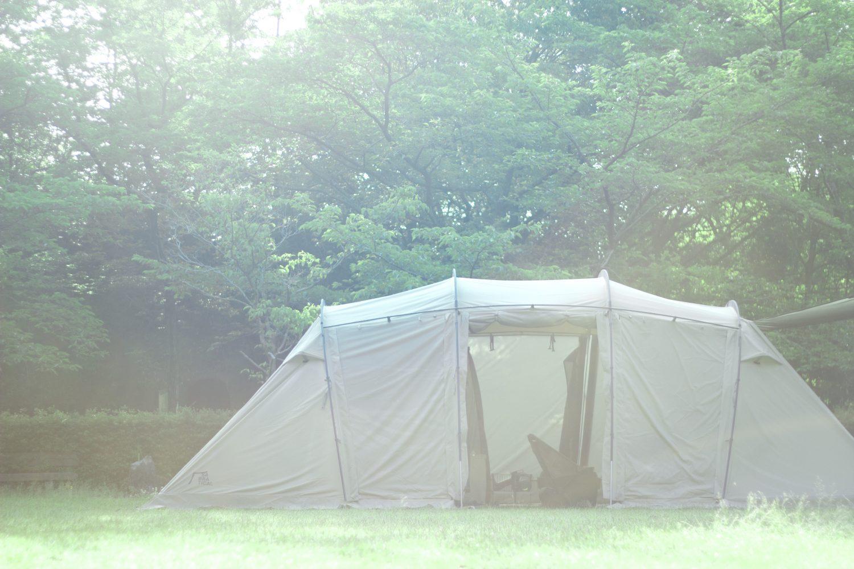 自然と調和したテントサイトでなんだかコーヒーが飲みたくなってくるインタビュー。