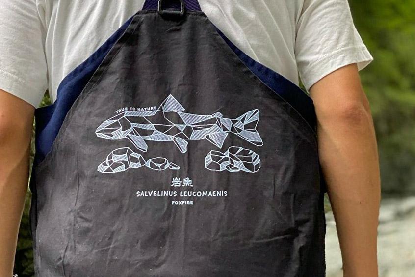 フォックスファイヤーの定番品に岩魚グラフィックをオン! オンライン限定ウエアが秀逸。