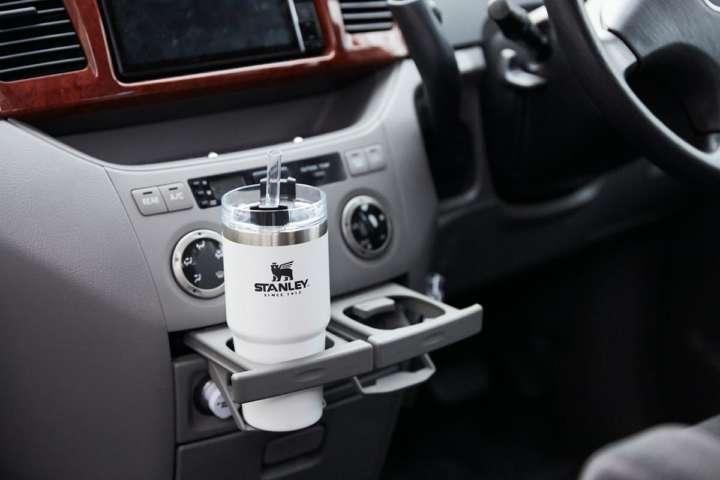 気の利いたスタンレーの真空ボトルが車内で映えるぞ!