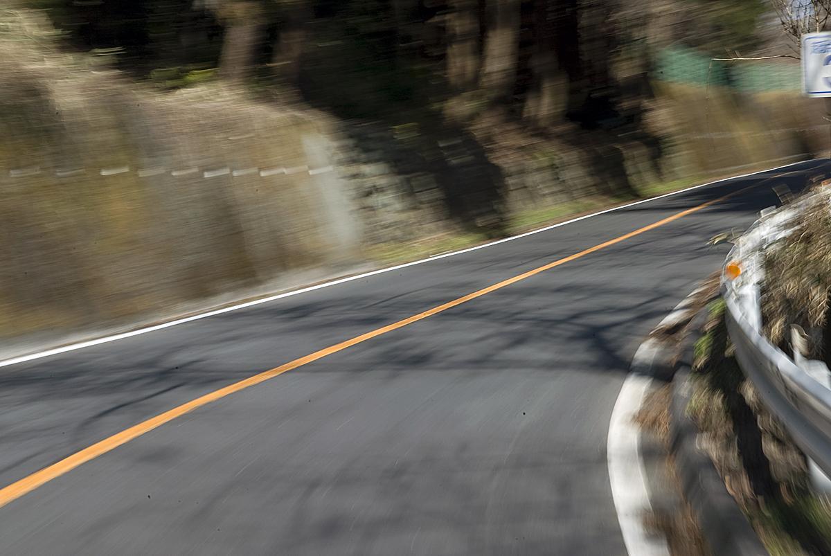 「車両通行帯」と「センターライン」で意味が違うから複雑! 白実線・白破線・黄実線の意味とは