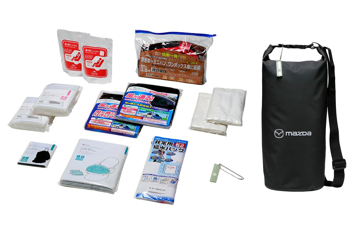 愛車へスマートに搭載可能! マツダが防水バッグに防災グッズなどを詰め込んだ「車中泊セット」を発売
