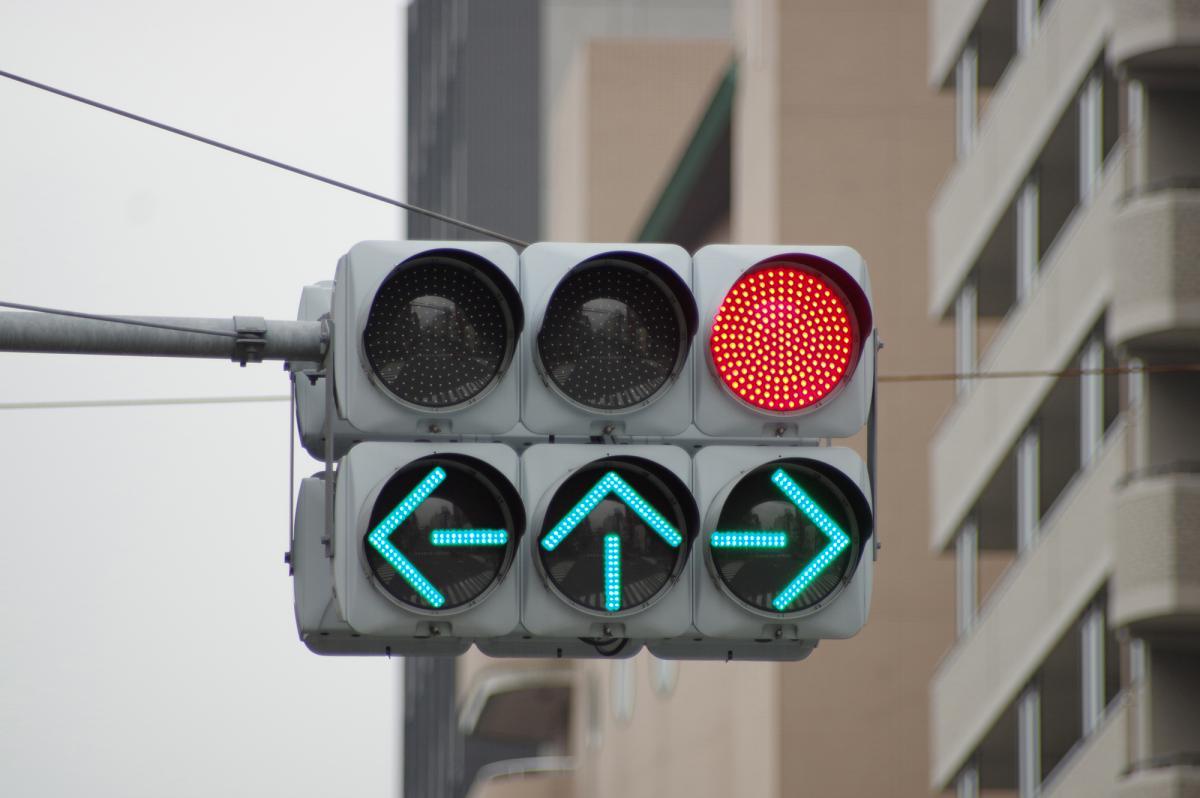 赤なのに全方向の矢印が点灯! 「青信号」じゃダメな信号の不思議