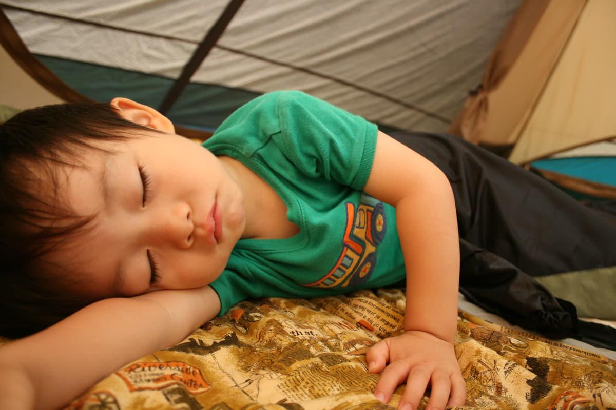 暑さこそ敵! 真夏のキャンプで覚えておくべき「快眠テクニック」5つ