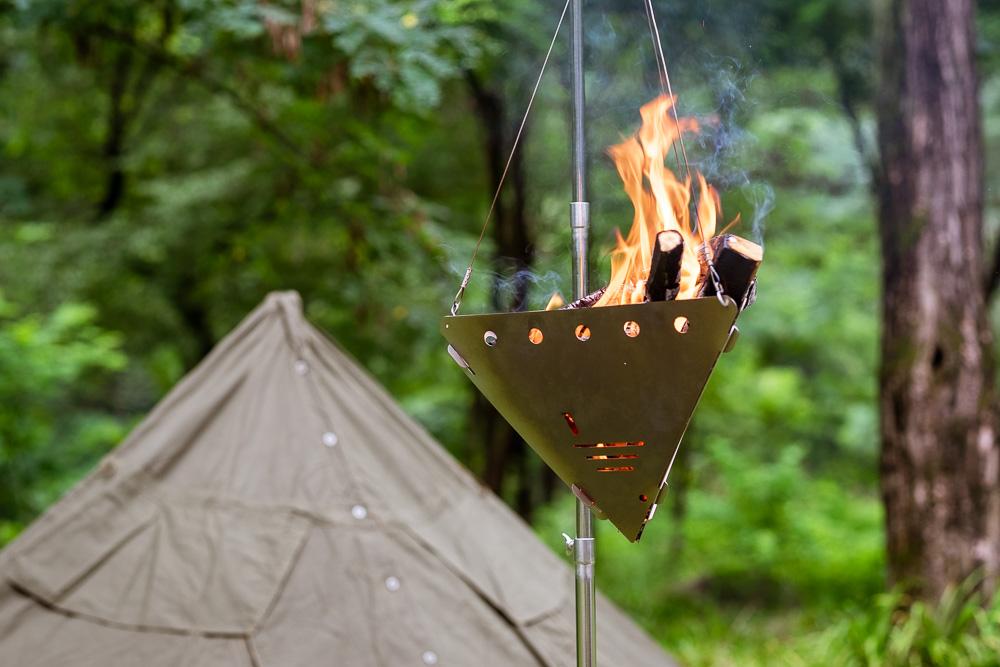 焚き火を吊るす新発想! デトアーライフの超個性派焚き火台を使ってみた。