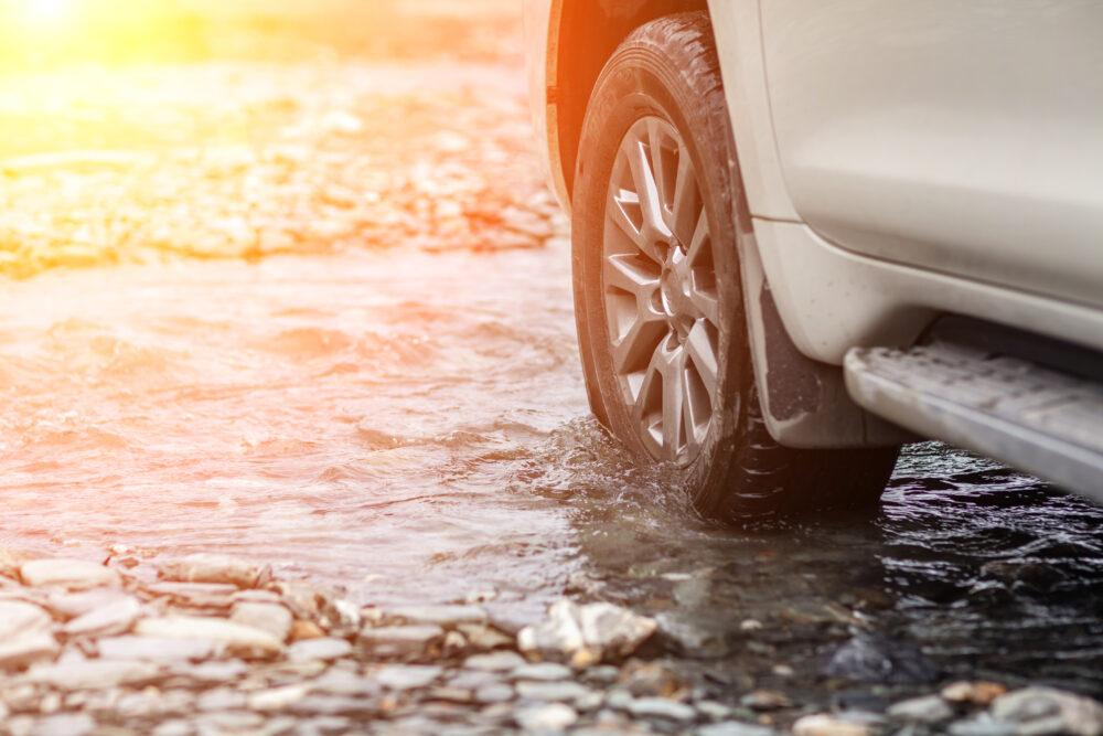 車の緊急脱出用ハンマーの必要性と使い方|おすすめ商品4選【車が水没したとき】