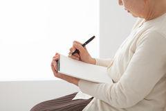終活の一環であるエンディングノートの書き方は?書く内容の例も紹介します