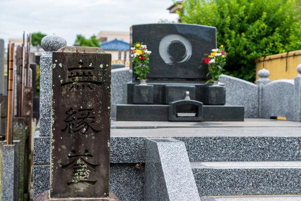 無縁仏とは?だれが弔うのかやお墓についても紹介します