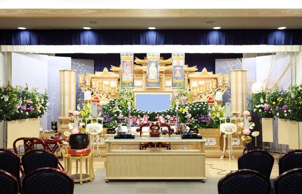 葬儀の祭壇にはどんな種類がある?宗教別の選び方や費用について