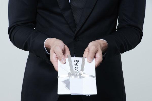 家族葬の場合は香典を渡すべき?相場や香典辞退の際の対応なども紹介します