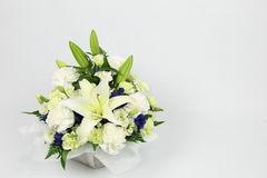 家族葬で供花は送ってもいい?手配方法や注意点も紹介します