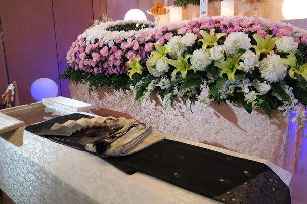 葬儀の際に必要な棺の種類や相場とは?棺に入れる副葬品の選び方も紹介します