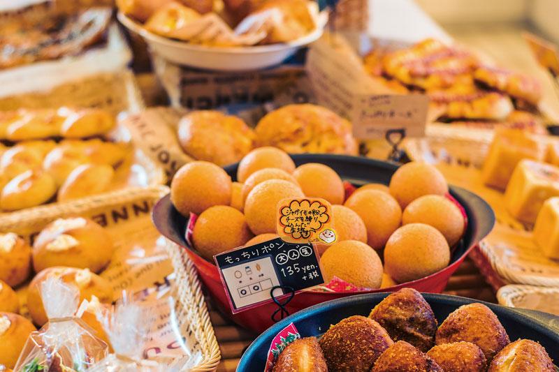菓子パンや惣菜系など種類豊富に並びます