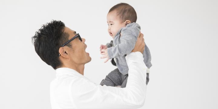 抱っこする父親