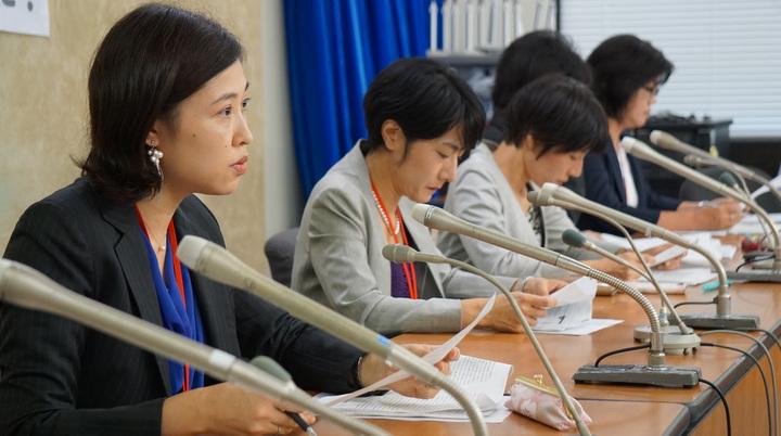 会見する圷由美子弁護士(左)ら