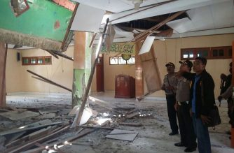 "This handout from Indonesia's National Disaster Mitigation Agency (BNPB) taken on February 27, 2018 shows local officials inspecting the damage to a mosque in Boven Digoel, Papua province, Indonesia, following a powerful earthquake in neighbouring Papua New Guinea.  Communication blackouts and blocked roads were hampering rescue efforts on February 28 as Papua New Guinea worked to get a better grasp of the damage wrought by a massive earthquake amid fears of its economic impact. / AFP PHOTO / Indonesia's National Disaster Agency / Handout / RESTRICTED TO EDITORIAL USE - MANDATORY CREDIT ""AFP PHOTO/INDONESIA'S NATIONAL DISASTER MITIGATION AGENCY"" - NO MARKETING NO ADVERTISING CAMPAIGNS - DISTRIBUTED AS A SERVICE TO CLIENTS"
