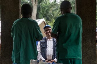 Director-General of WHO (World Health Organization) Tedros Adhanom Ghebreyesus speaks with medical personnel while visiting an Ebola treatment centre in Itipo on June 11, 2018. The director general of the World Health Organisation said on June 10, 2018 he believed a swift end could be put to the outbreak of Ebola in northwestern DR Congo, some 21 days which has left 27 people dead over the past month. / AFP PHOTO / Junior D. KANNAH