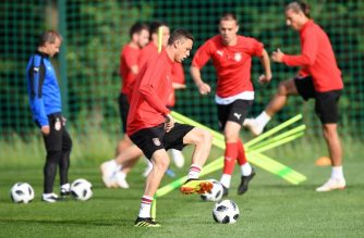 Serbia's midfielder Nemanja Matic (C)  takes part in a training session at the Serbia team base camp in Svetlogorsk, some 50 km north of Kaliningrad, on June 19, 2018, during of the Russia 2018 World Cup football tournament. / AFP Photo / Attila Kisbenedek