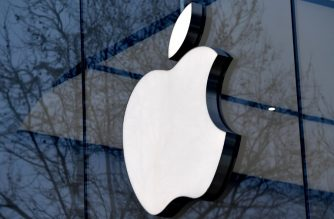 (FILES) This file photo taken on February 8, 2018 shows the logo of the US multinational technology company Apple on the facade of an Apple store in Brussels.  / AFP PHOTO / Emmanuel DUNAND