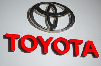 The logo for Toyota is seen during the 2017 North American International Auto Show in Detroit, Michigan, January 9, 2017. / AFP PHOTO / SAUL LOEB