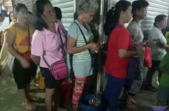 News in photos: People lining up to buy NFA rice in Legazpi