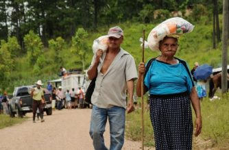 """Honduran Tolupan natives and ladino people, receive food donations from the government at the Montana de la Flor, in Francisco Morazan department, Honduras on September 01, 2018.   At least 600 families from five different indigenous communities are facing starvation due to the loss of their crops, after the sever droughts caused by the El Nino climate phenomenon.    / AFP PHOTO / Honduran Permanent Contingency Committee / HO / RESTRICTED TO EDITORIAL USE - MANDATORY CREDIT """"AFP PHOTO - Honduran Permanant Contingency Committee"""" - NO MARKETING NO ADVERTISING CAMPAIGNS - DISTRIBUTED AS A SERVICE TO CLIENTS"""