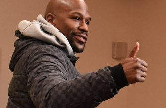 """US boxing superstar Floyd Mayweather Jr gives a thumbs up at the end of a press conference at a Tokyo hotel on December 29, 2018. - Mayweather will fight against Japanese kickboxer Tenshin """"Ninja Boy"""" Nasukawa in Saitama on December 31. (Photo by Toshifumi KITAMURA / AFP)"""
