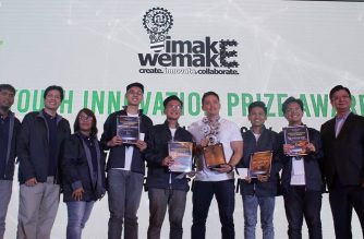 "The team of New Era University senior high school students win the top Youth Innovation Prize in the ""IMake, WeMake"" science and technology competition of the Department of Science and Technology and Acer Academy Philippines.  (Photo courtesy Acer Academy Philippines Facebook page/https://www.facebook.com/AcerAcademyPhils)"