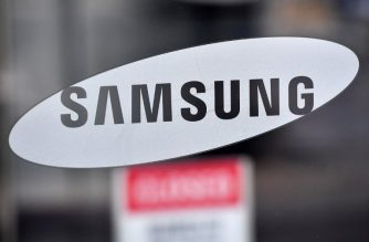 The logo of Samsung Electronics is seen on a glass door at the Samsung building in Seoul on January 8, 2019. - Tech giant Samsung Electronics on January 8 flagged its first quarterly profit drop in two years, painting a grim outlook amid mounting competition from Chinese smartphone makers and declining chip prices. (Photo by Jung Yeon-je / AFP)